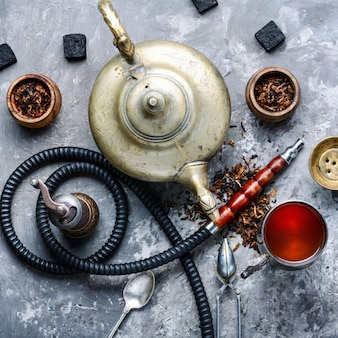 Wasserpfeife, die mit tee raucht