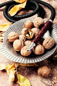 Wasserpfeife mit aroma nussbaum rauchen