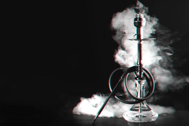 Wasserpfeife mit kohlen und rauch auf einem tisch