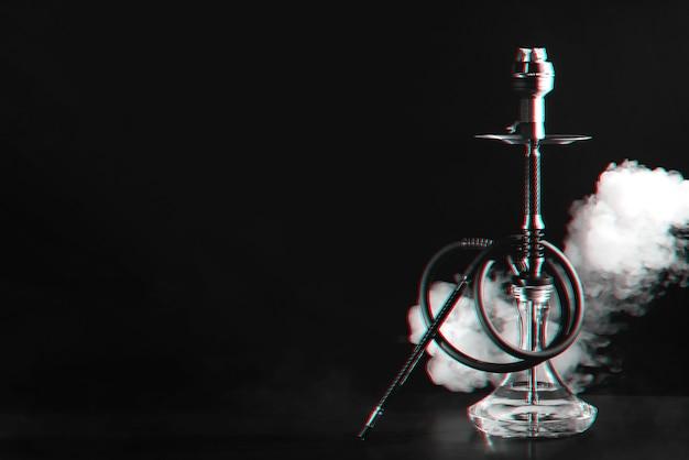 Wasserpfeife mit kohlen und rauch mit 3d-glitch-virtual-reality-effekt