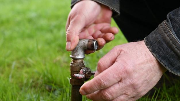 Wasserrohr für schlauch im gras.