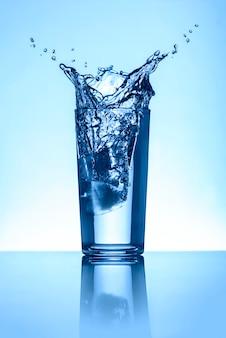 Wasserspritzen im glas