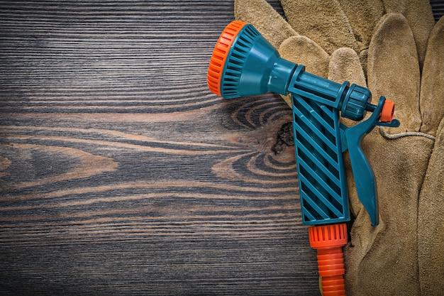Wassersprühschutzhandschuhe auf holzbrett