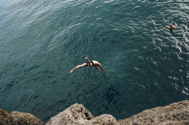 Wassersprung vom felsen