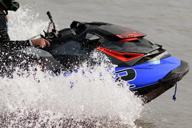 Wasserstrahlschifahren auf dem see am sonnigen tag.