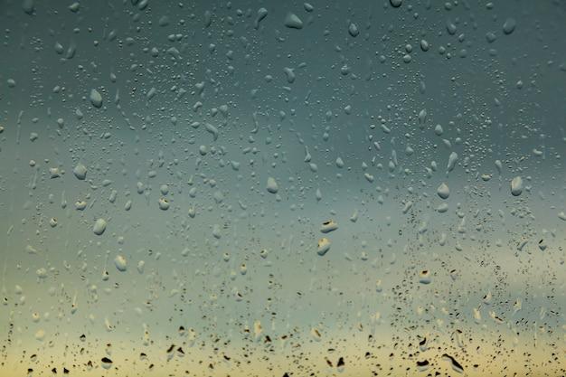 Wassertropfen am fenster nach regen