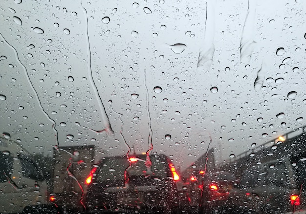 Wassertropfen auf autofenster bei schlechtem verkehr
