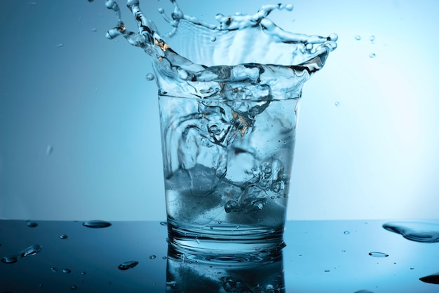Wassertropfen auf dem glas.