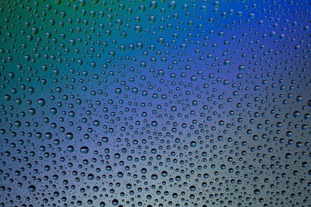 Wassertropfen auf der glasoberfläche