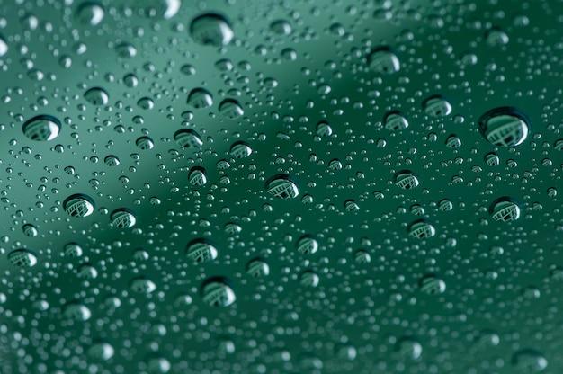 Wassertropfen auf einer glasoberfläche, flacher fokus.