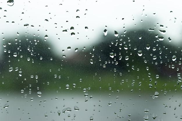 Wassertropfen auf glasfensterhintergrund.