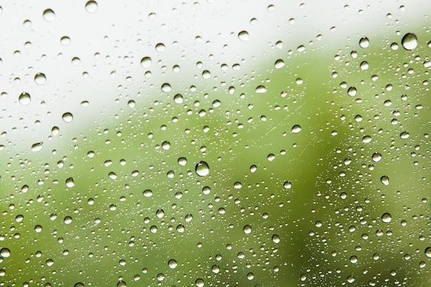 Wassertropfen auf glasspiegelzusammenfassungshintergrund.