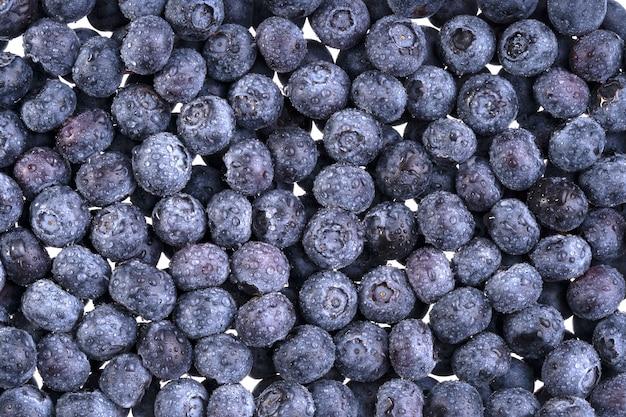Wassertropfen auf reife süße billberry. frischer blaubeerhintergrund.