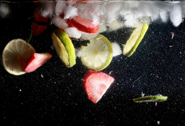 Wassertropfen auf reifen süßen früchten und beeren. hintergrund der frischen früchte mit kopienraum für ihren text. veganes und vegetarisches konzept.
