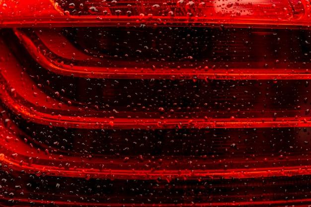 Wassertropfen auf rotem glas