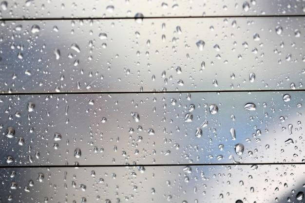 Wassertropfen. blick durch die heckscheibe eines stark regnerischen tages, geringe tiefenschärfe.
