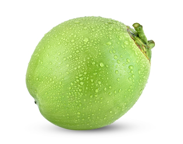 Wassertropfen grüne kokosnuss isoliert auf weiß