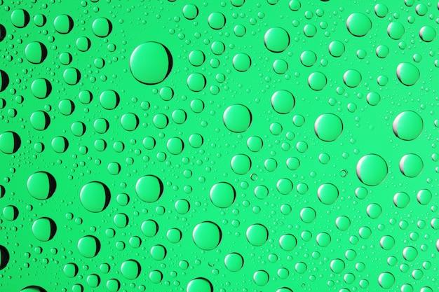 Wassertropfen-hintergrund auf grüner farbe