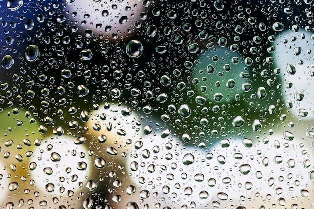 Wassertropfen, regentropfen auf glas mit schönem hintergrund