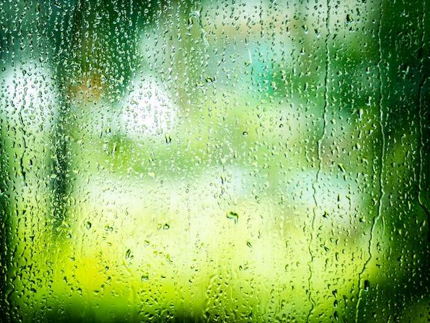 Wassertropfen vom regnen auf glas.