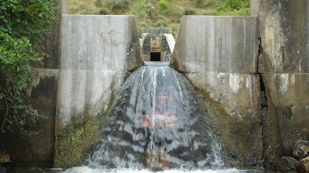 Wassertunnel und fällt