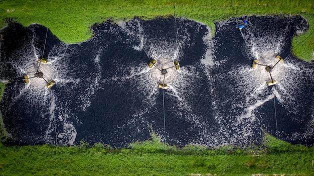 Wasserturbinengebrauch, zum des wassers in der industriellen luftaufnahme der fabrik zu verschwenden
