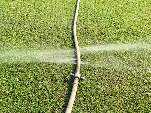 Wasserverschwendung - wasser tritt aus einem loch in einem schlauch aus