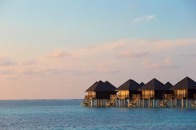 Wasservillen, bungalows auf idealer tropischer insel