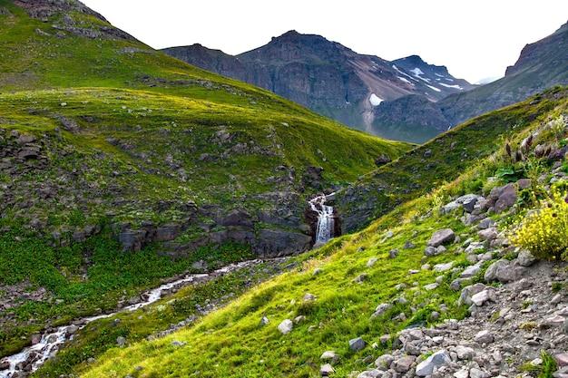 Wasservoll im grünen berg