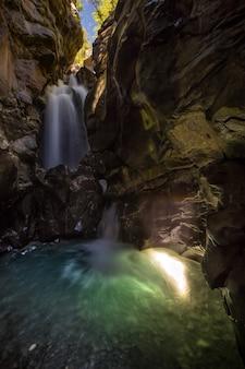 Wasserwand von der spitze der klippe