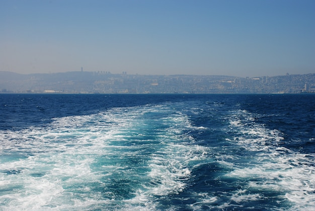 Wasserweg, der hinter einem boot im mittelmeer israel während des sonnigen tages schäumt