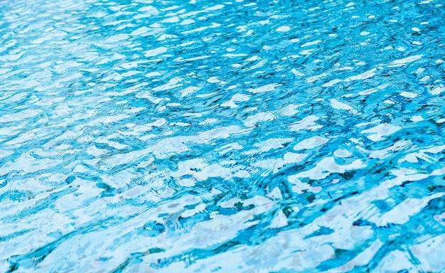 Wasserwelle im schwimmbad