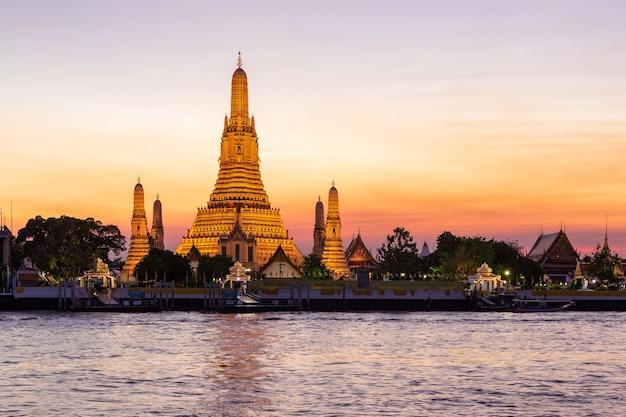 Wat arun (tempel der morgendämmerung) und der chao phraya fluss