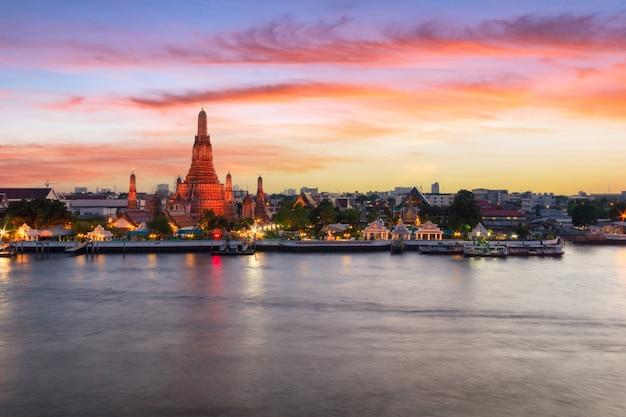 Wat arun (tempel der morgenröte) und der chao phraya river, bangkok, thailand