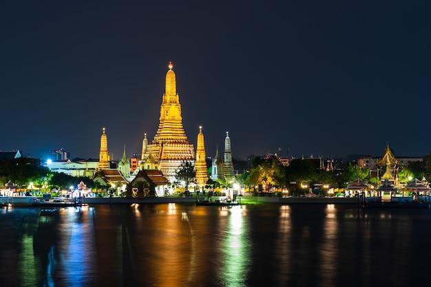 Wat arun tempel mit chao phraya fluss in der nacht in bangkok, thailand