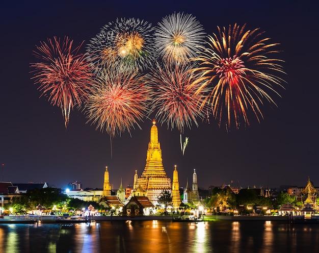 Wat arun tempel mit feuerwerksfeier in der nacht in bangkok, thailand