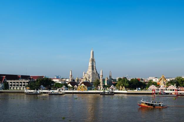 Wat arun tempel und chao phraya fluss mit blauem himmel in bangkok, thailand