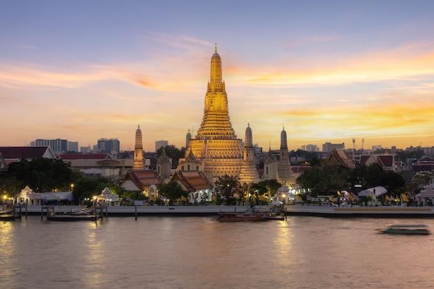 Wat arun und der fluss chao phraya in bangkok, thailand