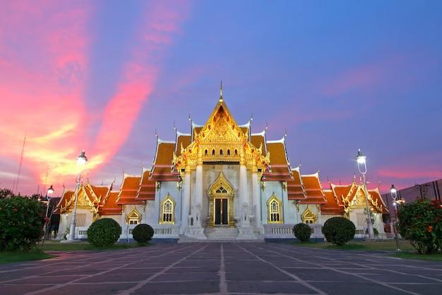 Wat benchamabophit der marmortempel bei sonnenuntergang