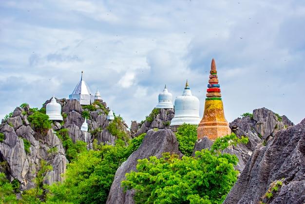 Wat chaloem phra kiat phrachomklao rachanusorn, wat praputthabaht sudthawat pu pha daeng ein öffentlicher tempel auf dem hügel vor lampang unseen thailand.