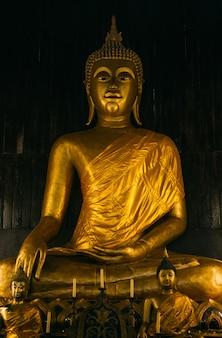 Wat chedi luang, mönche, die in einem tempel beten