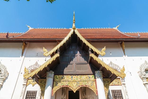 Wat chedi luang varavihara - tempel mit einer großen pagode im historischen tempelzentrum von chiang mai, thailand