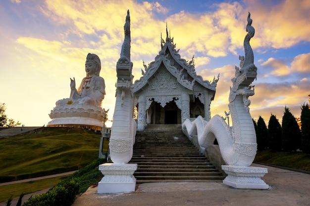 Wat huay pla kang bei sonnenuntergang, chiang rai