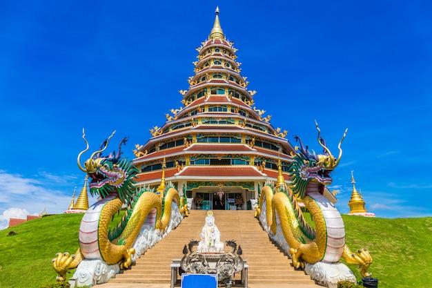 Wat huay pla kung-tempel mit drachesymbol bei chiang rai thailand.