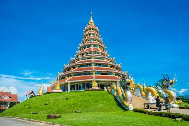 Wat huay pla kung tempel mit religiösen anziehungskräften des drachensymbols von chiang rai