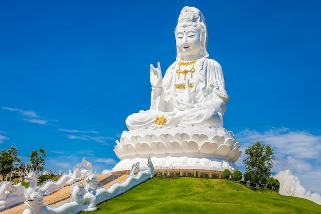 Wat huay pla kung-tempel statue von guan yin bei chiang rai thailand.