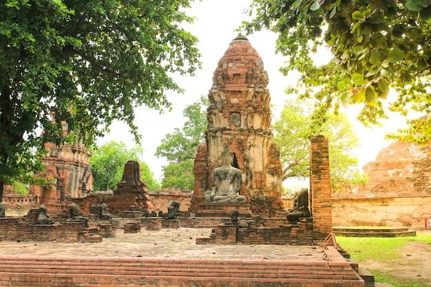Wat mahathat in historischem park ayutthaya, thailand.