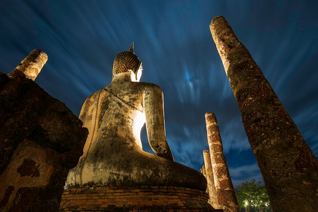 Wat mahathat tempel im revier wolkenfluss von sukhothai buddha historical park, bei nacht, thailand?