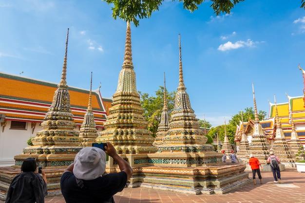 Wat pho ist der berühmteste tempel thailands für touristen in bangkok, thailand
