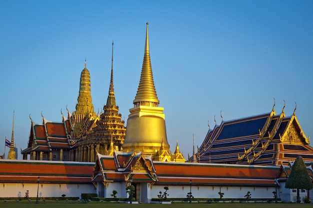 Wat phra kaew, tempel des smaragdbuddha mit blauem himmel bangkok, asien thailand.